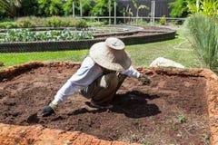 Tragender Hut des Landwirts und weißes Hemd bereitet Boden für agricul vor Lizenzfreies Stockbild