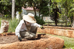 Tragender Hut des Landwirts und weißes Hemd bereitet Boden für agricul vor Lizenzfreies Stockfoto
