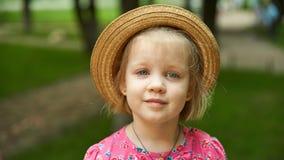 Tragender Hut des netten Kindermädchens draußen Lizenzfreie Stockfotos