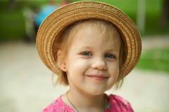 Tragender Hut des netten Kindermädchens draußen Lizenzfreies Stockbild