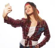 Tragender Hut des recht jugendlich Mädchens, selfies nehmend Lizenzfreie Stockfotos