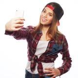 Tragender Hut des recht jugendlich Mädchens, selfies nehmend Lizenzfreie Stockbilder