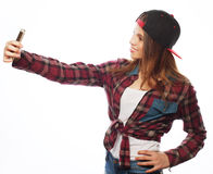 Tragender Hut des recht jugendlich Mädchens, selfies nehmend Stockfotos