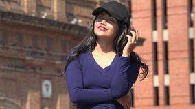 Tragender Hut und Perücke der freudig erregt glücklichen Frau stock video