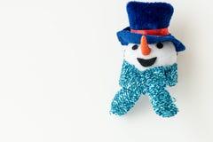 Tragender Hut und Schal des Schneemannes Stockbild