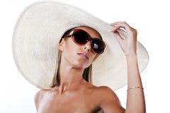 Tragender Hut und Sonnenbrillen am Sommer Lizenzfreies Stockbild