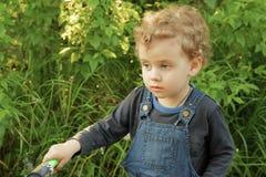 Tragender Jeansoverall des kleinen Babys im Freien lizenzfreies stockbild