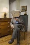 Tragender Kasten des Mannes auf Kopf mit Antennen Stockbild