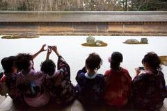 Tragender Kimono der jungen Frau, im japanischen Garten Stockfotos