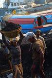 Tragender Kohlenkorb des Mannes auf Kopf Stockfotografie