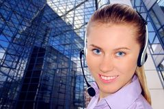 Tragender Kopfhörer der Frau im Büro; sein könnte Aufnahme Stockbilder