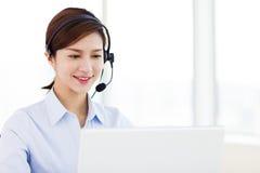 tragender Kopfhörer der Geschäftsfrau im Büro stockfoto