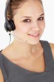 Tragender Kopfhörer der jungen Geschäftsfrau lizenzfreie stockfotos