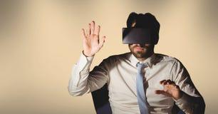 Tragender Kopfhörer der virtuellen Realität des Mannes Stockbilder