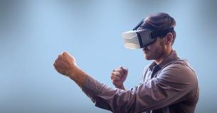 Tragender Kopfhörer der virtuellen Realität des Mannes Stockbild