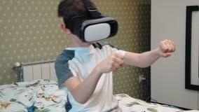 Tragender Kopfhörer der virtuellen Realität des Motorrades des kleinen Jungen Reit stock video