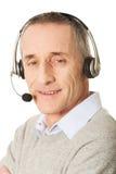 Tragender Kopfhörer des alten Call-Center-Mannes Lizenzfreie Stockfotografie