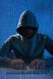 Tragender Kopfschutz des Mannes, der Laptop zerhackt Stockfotos
