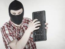 Tragender Kopfschutz des Mannes, der Tastatur hält stockbilder