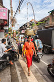 Tragender Korb der Frau auf dem Kopf Lizenzfreie Stockfotografie