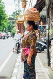 Tragender Korb der Frau auf dem Kopf Stockbild