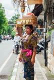 Tragender Korb der Frau auf dem Kopf Lizenzfreies Stockfoto