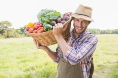Tragender Korb des Landwirts von veg stockfotos