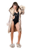 Tragender Leopardmantel der frohen Frau Lizenzfreies Stockbild