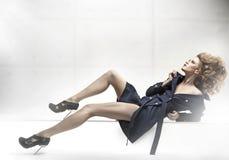 Tragender Mantel der schönen Frau Lizenzfreie Stockbilder