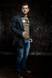 Tragender Mantel des gutaussehenden Mannes stockfoto