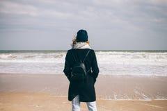 Tragender Mantel, Hut und Schal der jungen Frau stockfoto