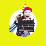 Tragender Matrosenanzug des emotionalen lustigen Pantomimeschauspielers Lizenzfreie Stockfotografie
