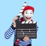 Tragender Matrosenanzug des emotionalen lustigen Pantomimeschauspielers Stockfotos