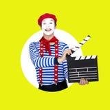 Tragender Matrosenanzug des emotionalen lustigen Pantomimeschauspielers Lizenzfreies Stockfoto