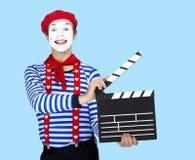 Tragender Matrosenanzug des lustigen Pantomimeschauspielers, rotes Barett Lizenzfreie Stockfotos