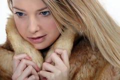 Tragender Pelz der Frau Stockfoto