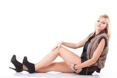 Tragender Pelz der schönen jungen reizvollen Frau des Portraits Lizenzfreies Stockbild