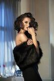 Tragender Pelz der Schönheitsfrau stockfotos