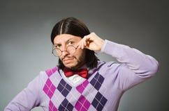 Tragender Pullover des jungen Mannes auf grauem Hintergrund lizenzfreie stockbilder