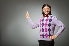 Tragender Pullover des jungen Mannes auf grauem Hintergrund lizenzfreies stockbild