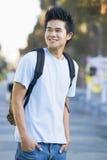 Tragender Rucksack des Hochschulstudenten Stockbilder