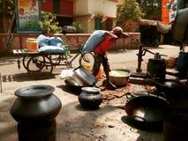 Tragender Sack Kolkata-bylanes Arbeiters lizenzfreie stockfotografie
