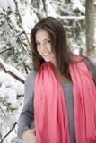 Tragender Schal der schönen Frau Stockbild