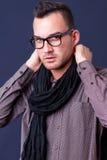 Tragender Schal des Modemannes Stockbilder