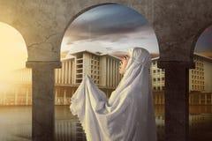 Tragender Schleier der asiatischen moslemischen Frau auf Moschee Lizenzfreie Stockfotografie
