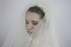 Tragender Schleier der schönen jungen Braut Lizenzfreie Stockfotos