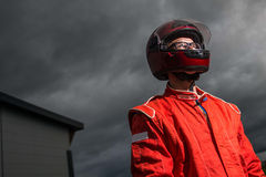 Tragender Schutzhelm des Rennwagenfahrers Lizenzfreies Stockfoto