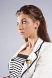 Tragender Seemannhut der schönen Frau lizenzfreies stockfoto