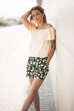 Tragender Sommer des eleganten netten Modells der Frau weiblichen kleidet Stockfotografie