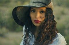 Tragender Sonnenhut der jungen Frau stockfoto